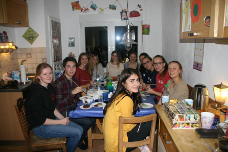 Schüler bemalen Steine - Abiturgodi 2015