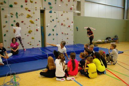 Grundschüler zu Gast an RSG-Kletterwand